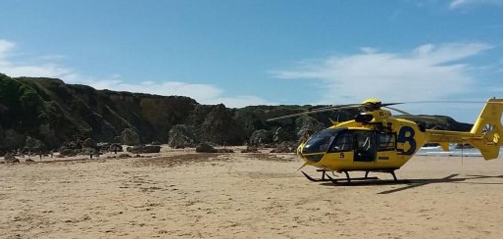 Fallece una mujer en la playa de Penarronda tras sufrir un infarto mientras se bañaba