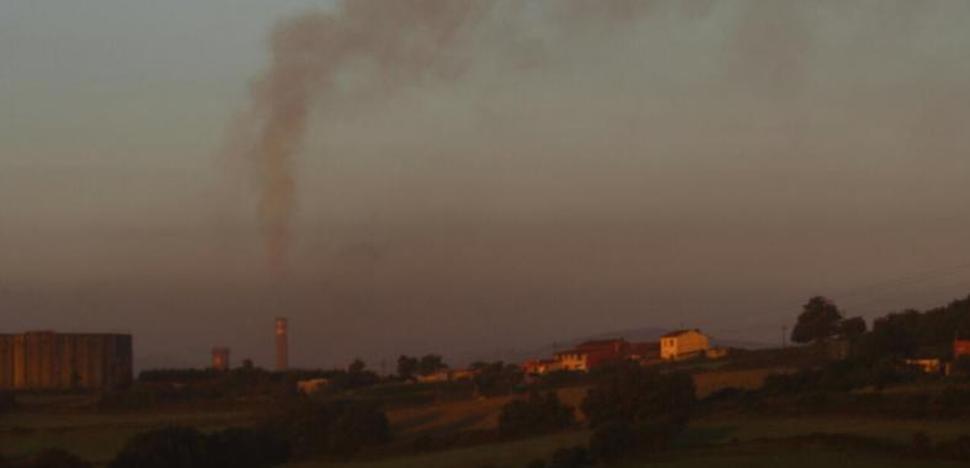 Una nube negra en el cielo de Gijón alerta a los vecinos
