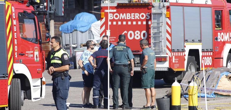 «Es una vergüenza que no haya buzos», critican los testigos del suceso de El Musel