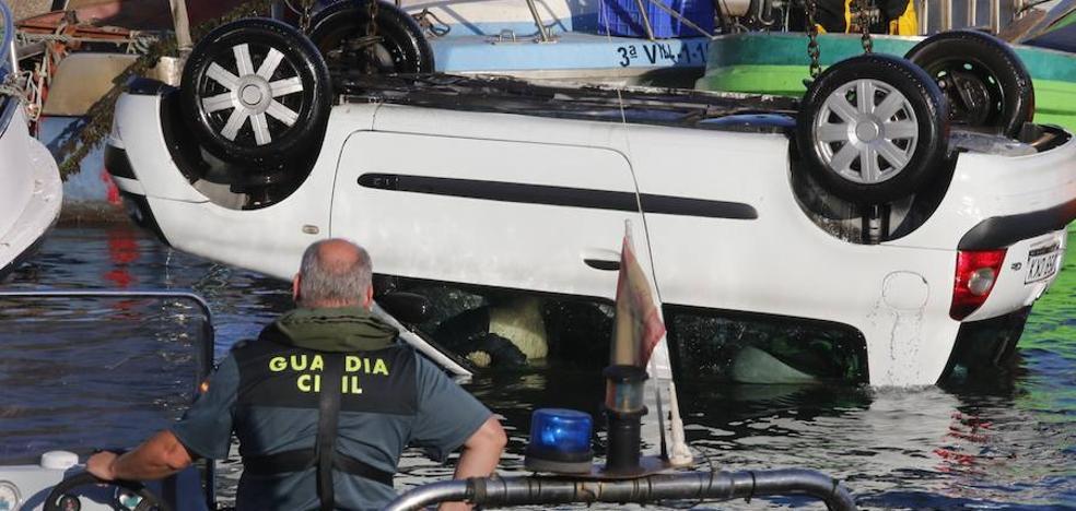 Así sacaron el vehículo que cayó al puerto de Gijón