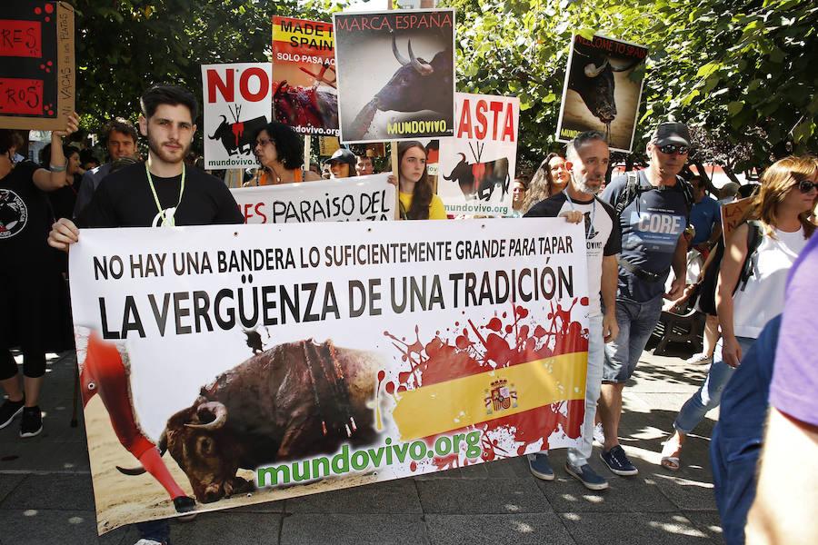 Protesta de colectivos antitaurinos en Gijón