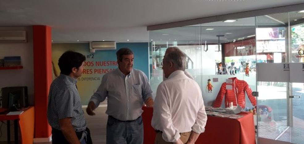 Álvarez-Cascos visita el estand de EL COMERCIO