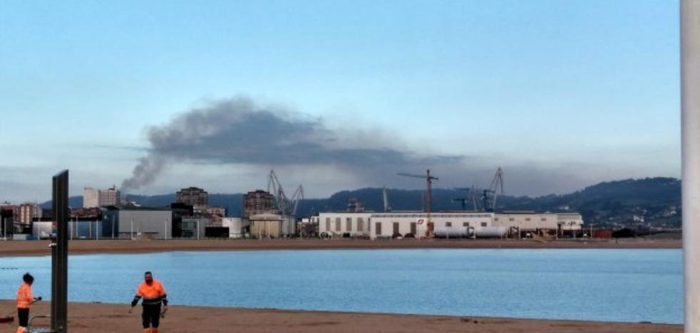 Arcelor investiga el escape que generó una nube negra durante la mañana
