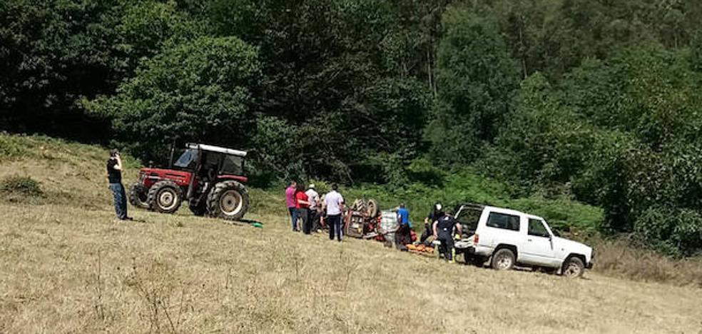 Un hombre de 40 años, herido al volcar con un tractor en Las Regueras