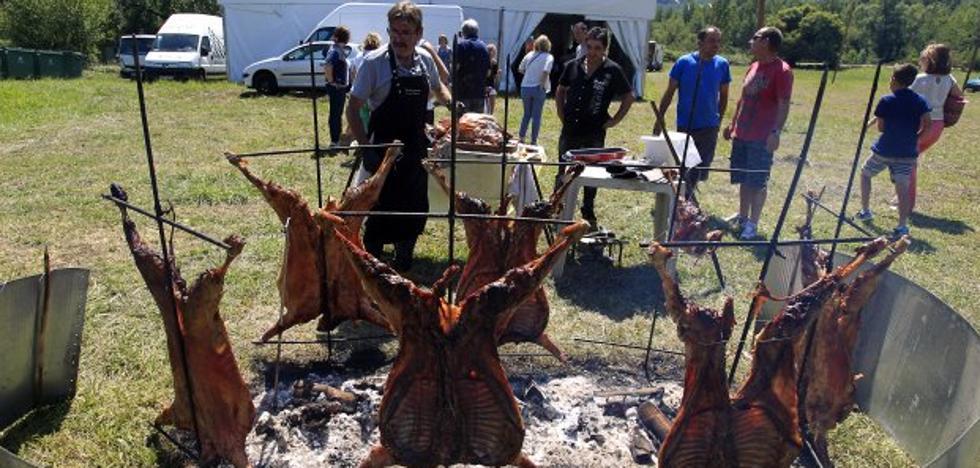 Siete corderos y costillas para la comida de Las Caldas