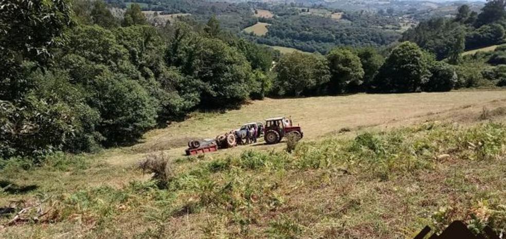 Herido al quedar atrapado bajo su tractor en Las Regueras