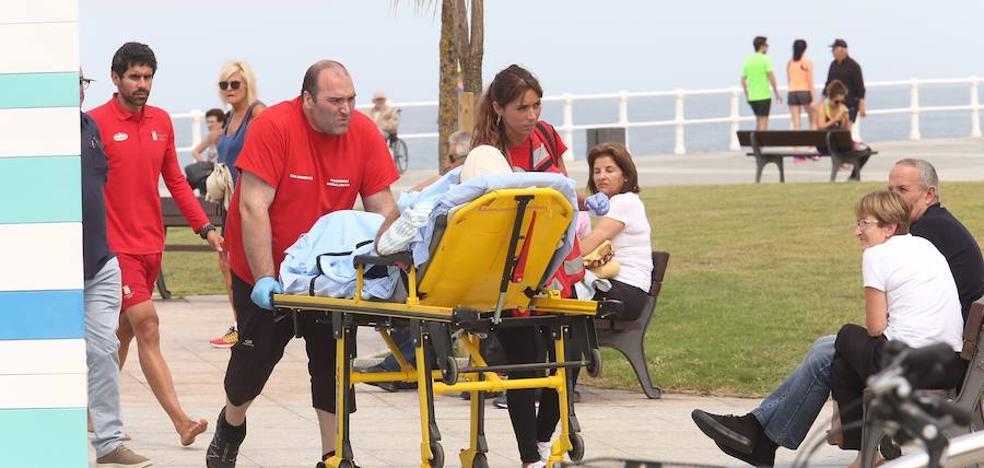 Herido un hombre tras sufrir una caída frente a la escalera 18 de la playa San Lorenzo de Gijón