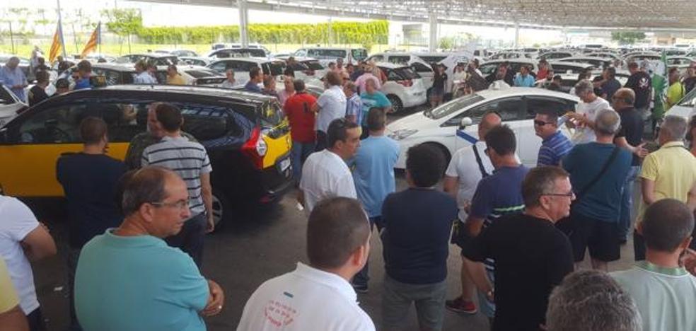 La huelga de taxis se endurece en Málaga