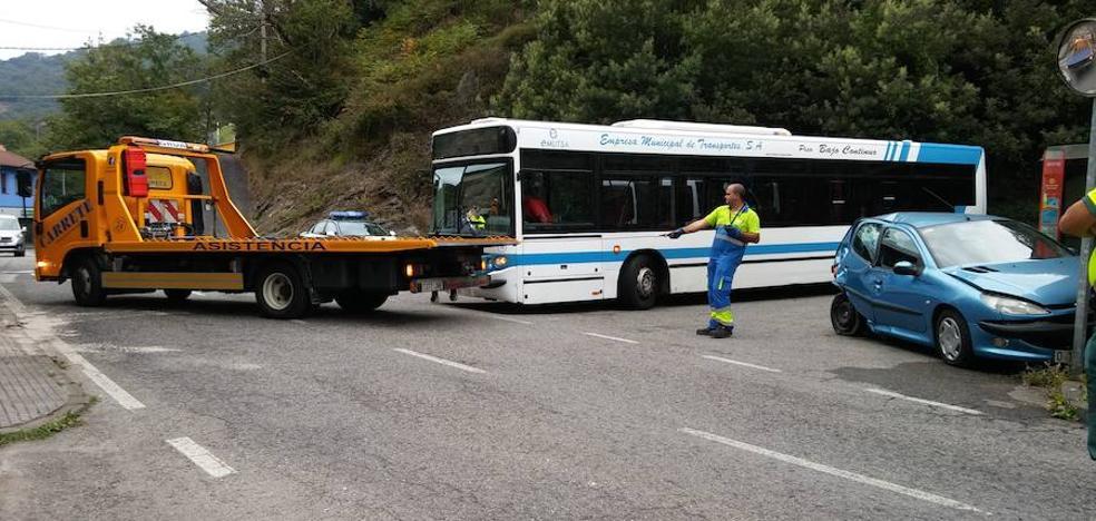 Dos heridos leves en un accidente en Turón