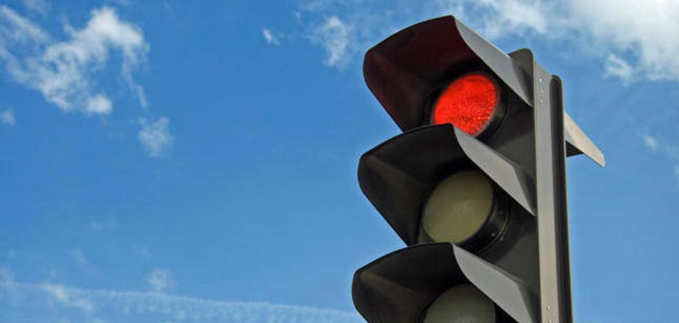 Una mujer de 72 años ebria derriba un semáforo y conduce arrastrándolo en sentido contrario
