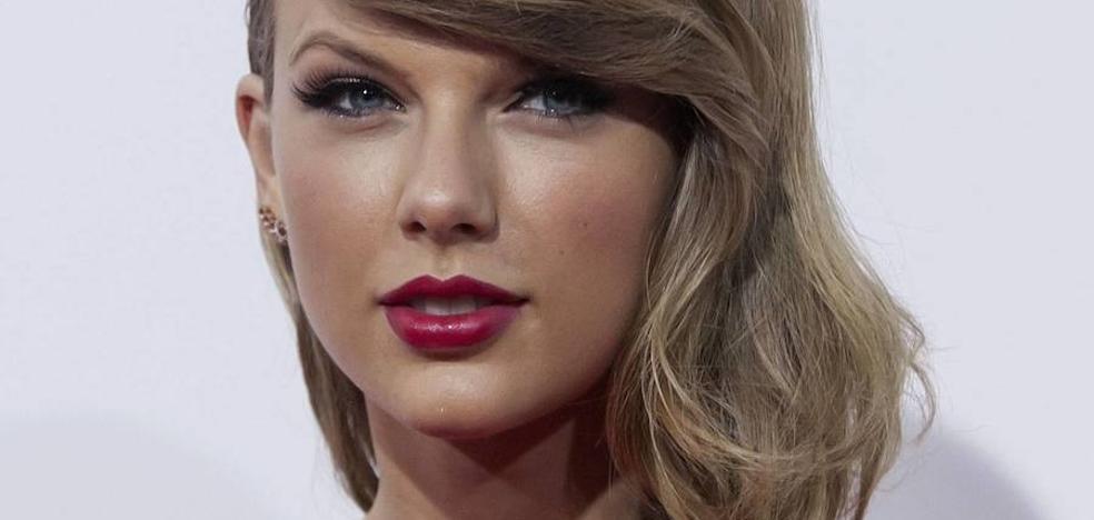 El locutor que manoseó el trasero a Taylor Swift, condenado a pagar un dólar