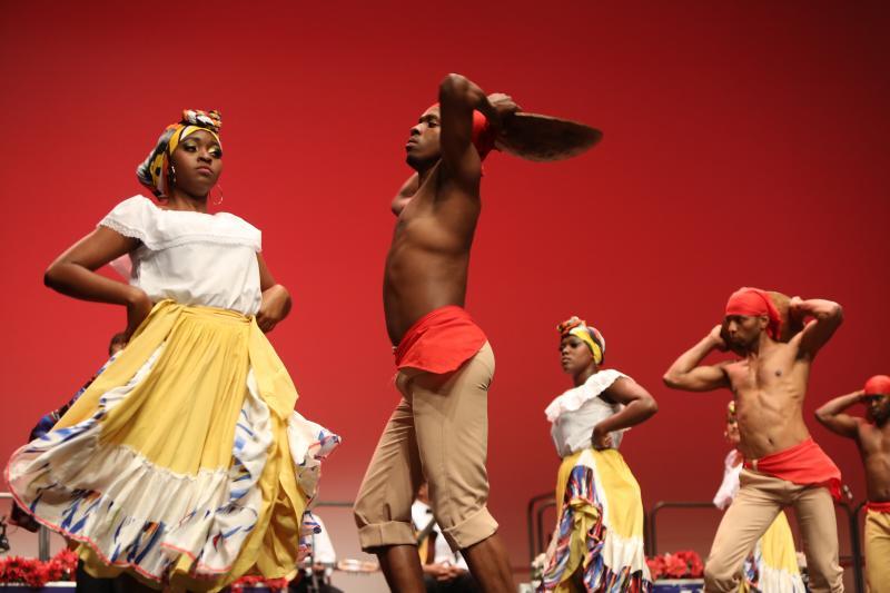 Avilés baila con el folclore del mundo