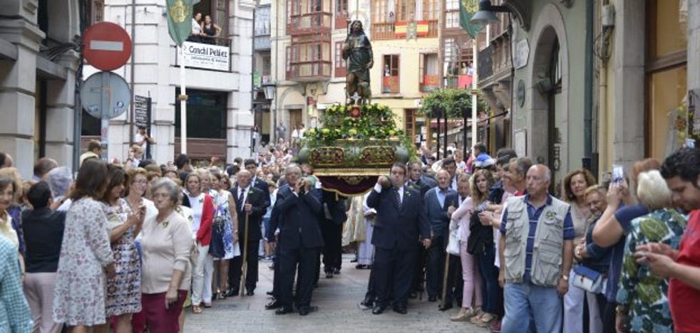 Fervor y tradición en Llanes en la víspera de San Roque