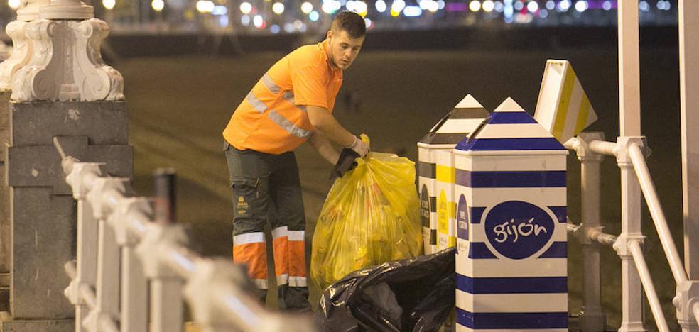 La fiesta dejó 17 toneladas de basura en las playas gijonesas