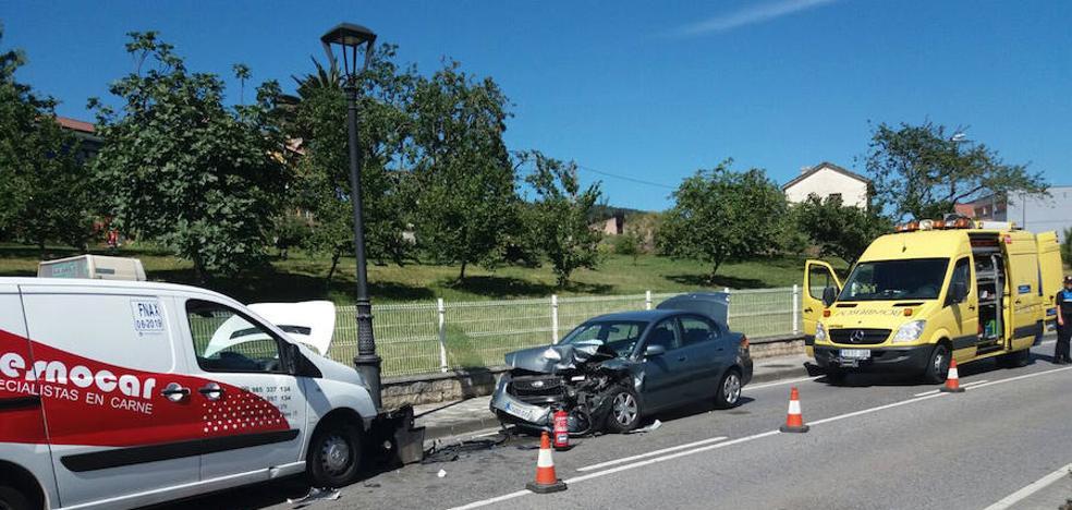 Dos heridos en una colisión entre un turismo y una furgoneta en Llanera