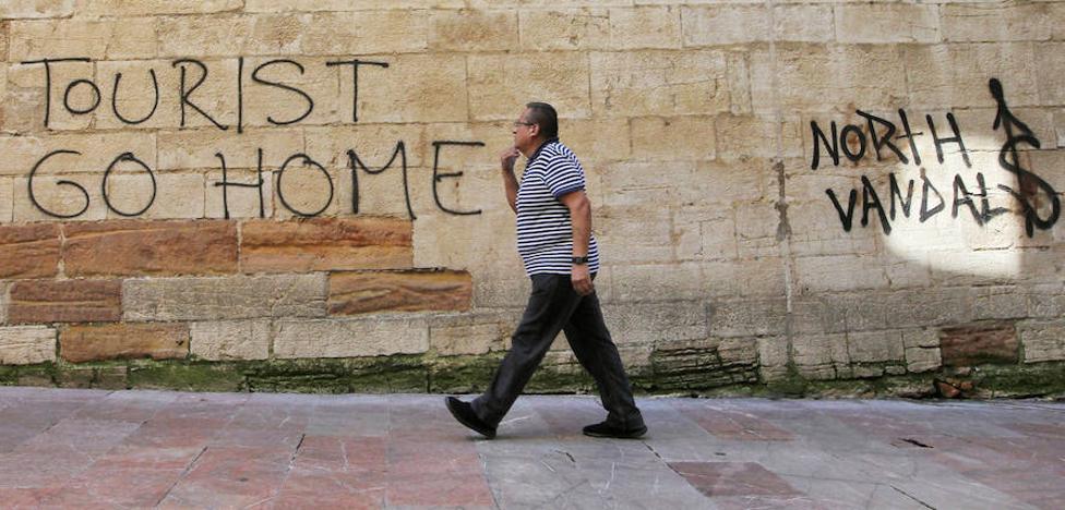 De Lorenzo: «La turismofobia es cosa de descerebrados, como quienes practican ese turismo de borrachera»