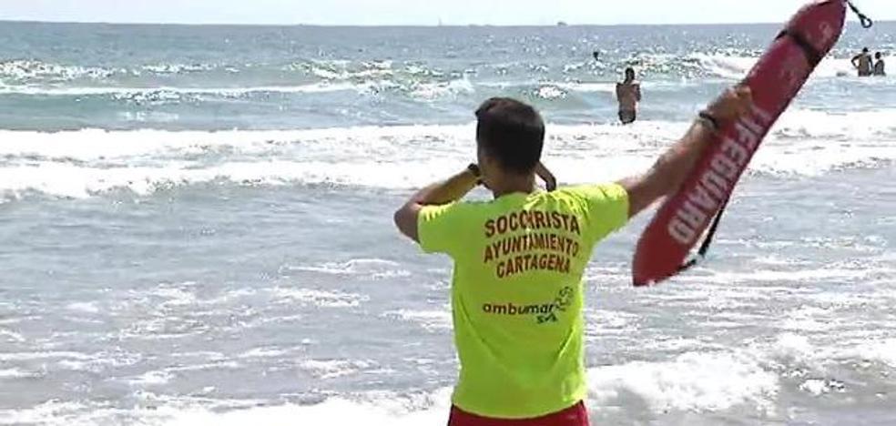 Una cadena humana evita que cuatro bañistas mueran ahogados en La Manga