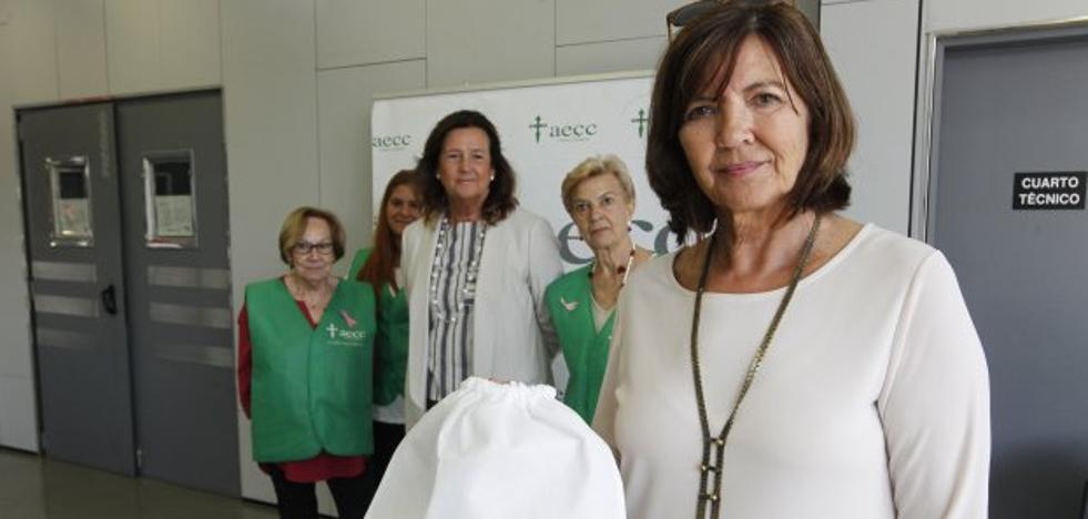 «Las pulseras de ayuda contra el cáncer arrasan en la Feria»