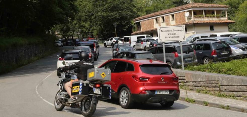 El abad de Covadonga reclama más y mejores aparcamientos en el Santuario