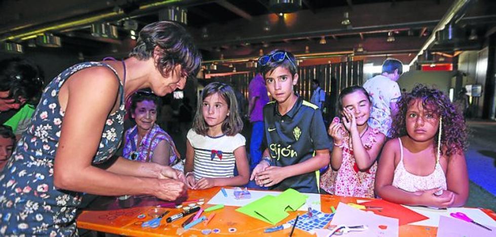 Oviedo entretiene al público infantil con un taller de chapas a la antigua usanza