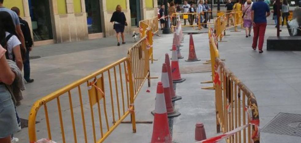 El PSOE critica la ejecución de obras en las calles del centro en la Semana Grande