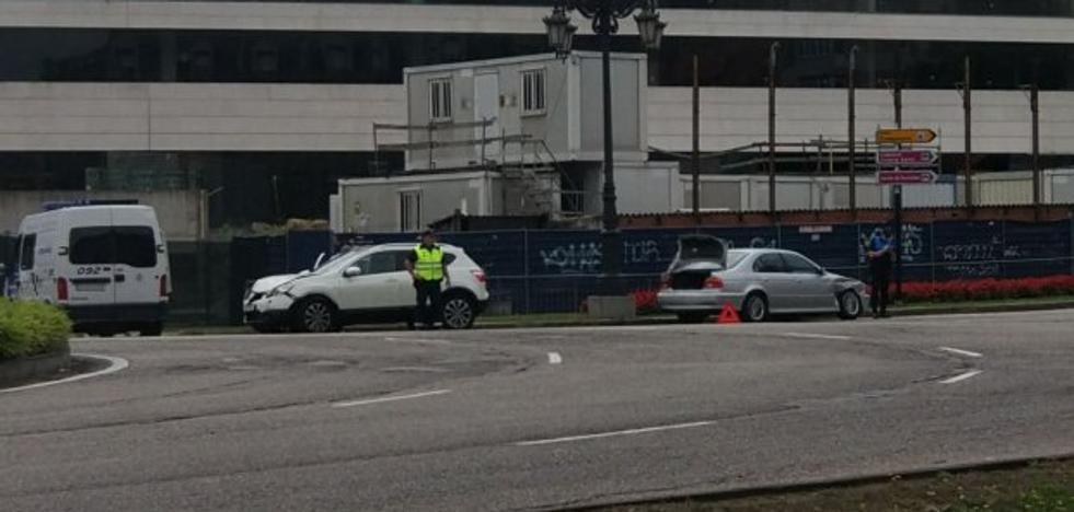 Dos conductores, heridos leves tras chocar en la glorieta de la Cruz Roja