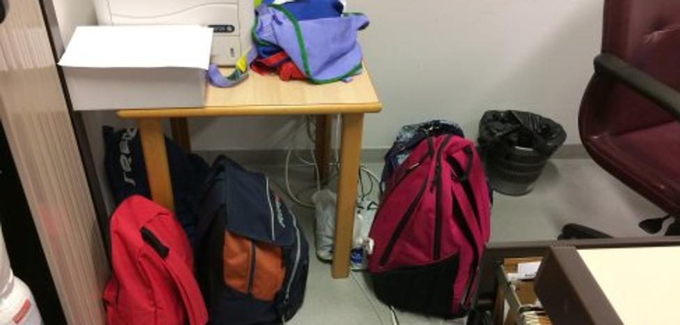La falta de taquillas en el HUCA obliga al personal a «dejar la ropa en bolsas»