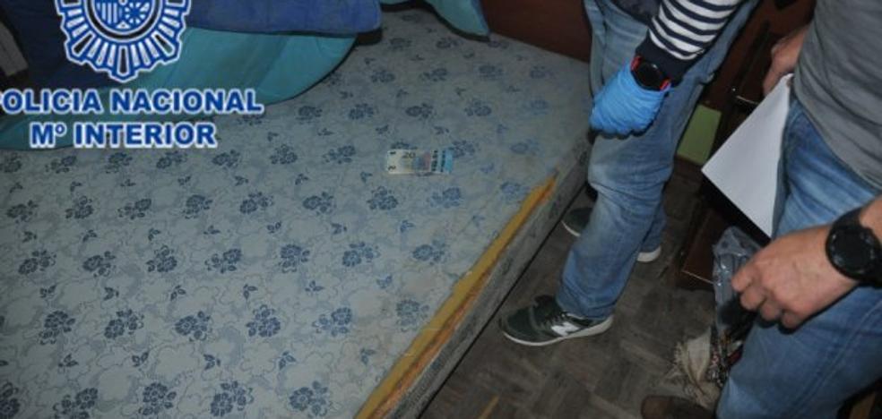 Dos hombres huyen tras abandonar cinco kilos de hachís en un piso de El Llano
