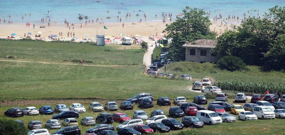 Lo que cuesta aparcar junto a la playa