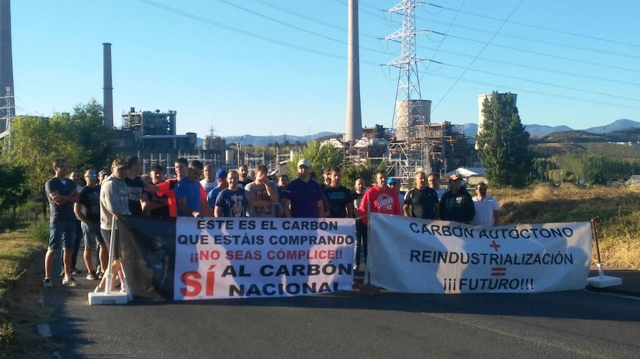 Trabajadores de Asturleonesa bloquean la entrada de carbón de importación en la térmica de Compostilla