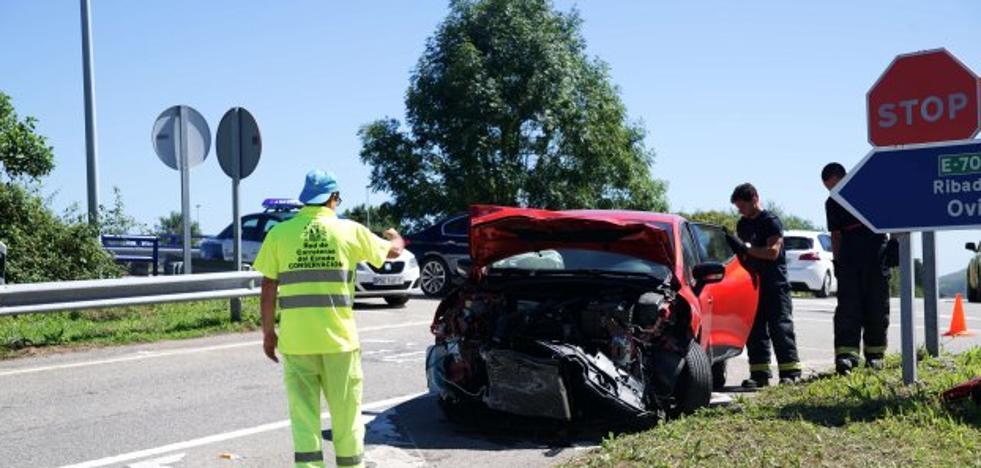 Una herida en la colisión de un camión y un coche en Llanes