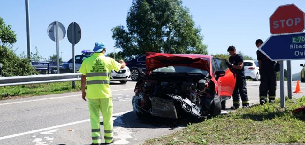Herida una mujer al chocar su coche contra un camión en la salida de la A-8 en Naves
