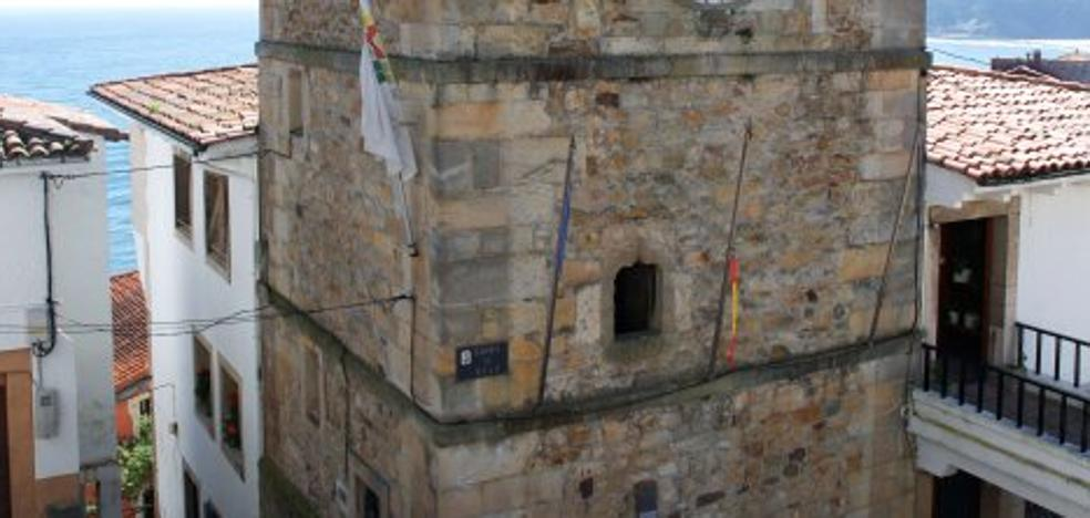 Arrancan las banderas de España y de Asturias que ondeaban en la Torre del Reloj de Lastres
