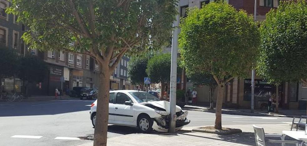 Un conductor se despista y acaba empotrado contra una farola en Puerta de la Villa, en Avilés