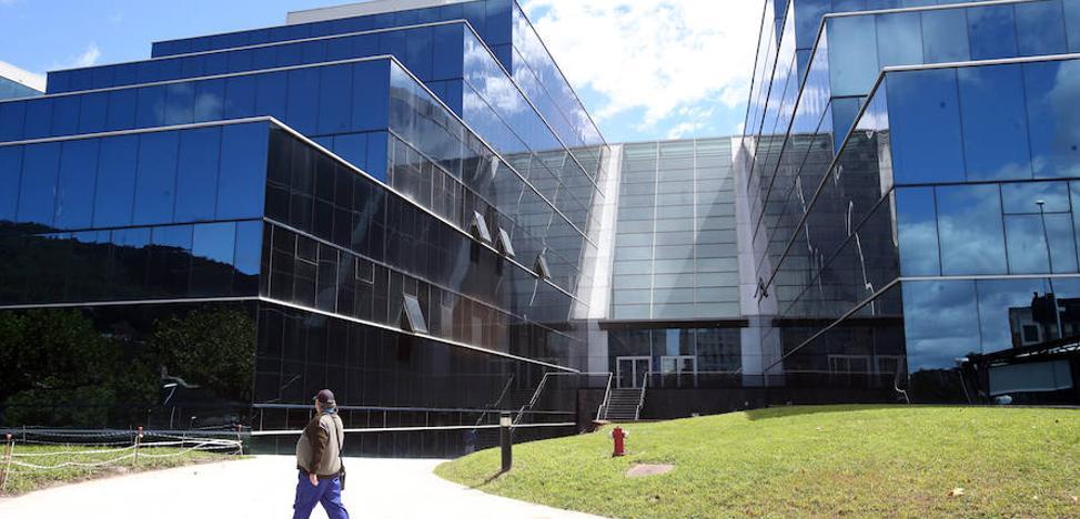 Denuncian la «rotura espontánea» de lunas del edificio de Consultas Externas del HUCA