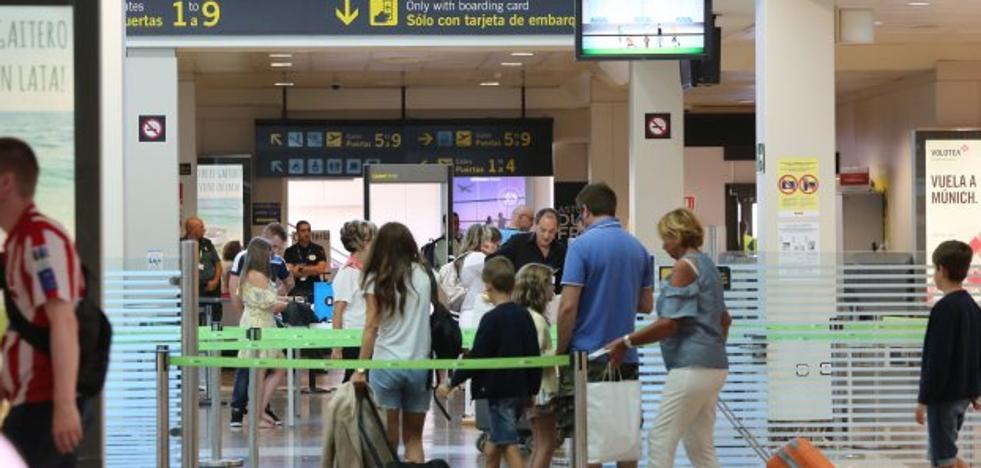 «Aena solo paga un plus de 1,27 euros por hora en el escáner de seguridad»