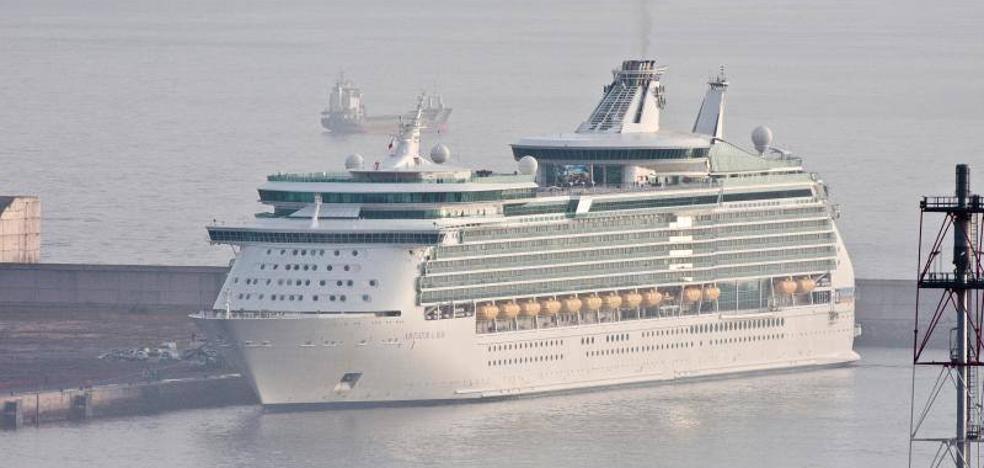 El crucero 'Navigator of the Seas' atraca en Gijón