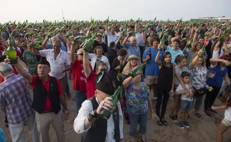 Así fue la fiesta del récord de escanciado simultáneo en Gijón