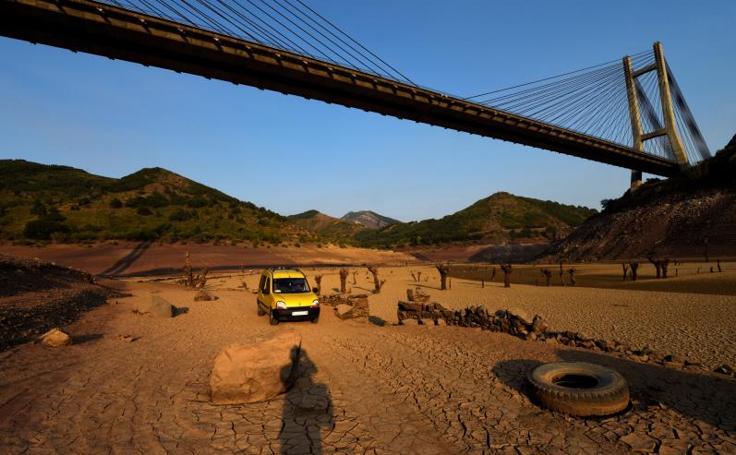 El embalse de Barrios de Luna, sin agua