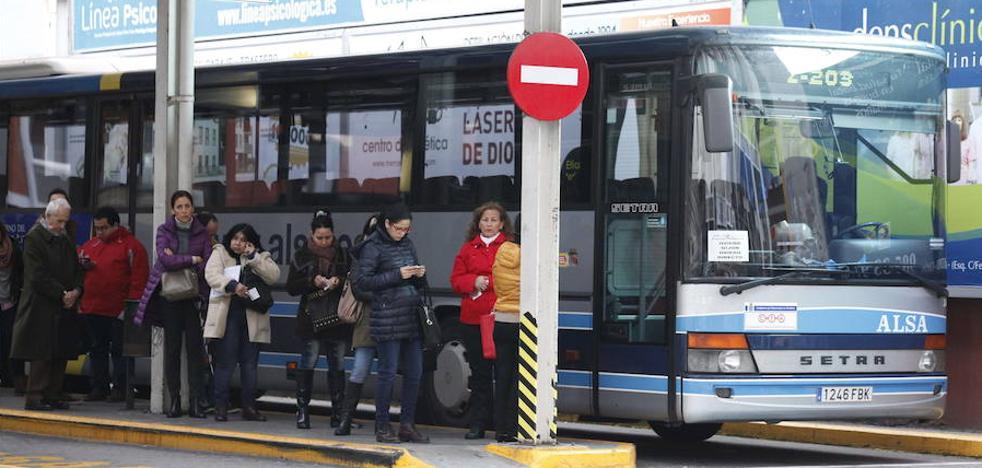 Roban en un autobús en Gijón y su conductor se encierra con los pasajeros para retener al ladrón