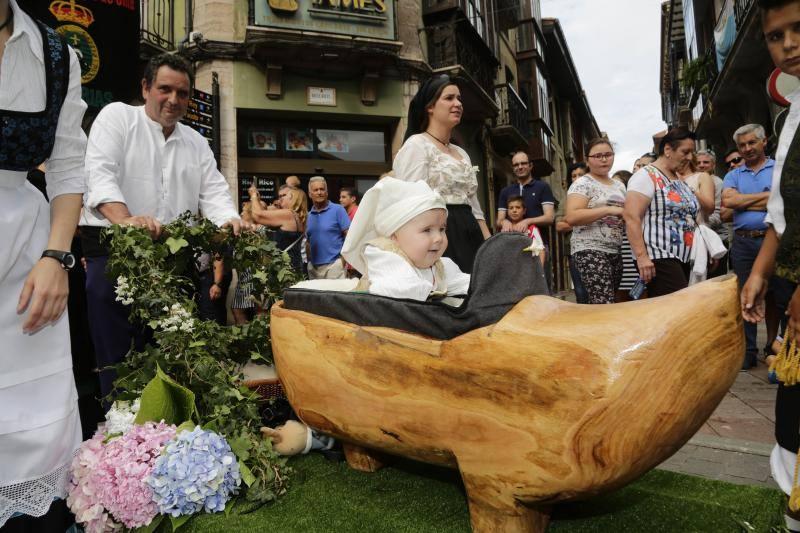 Calles abarrotadas en Llanes para celebrar el desfile folclórico del Bollu de la Guía