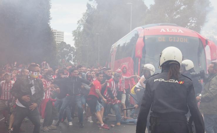 Carga policial al inicio del derbi asturiano, Sporting - Oviedo