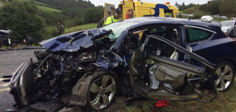 Dos heridos de gravedad en Coaña en una colisión frontal de dos turismos