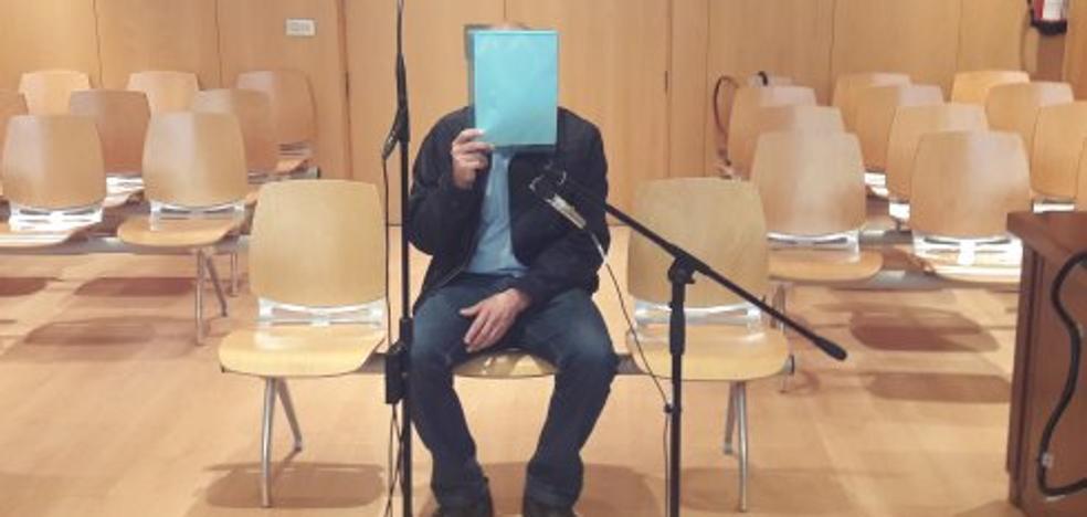 El acusado de grabar a su compañera en ropa interior en Gozón niega ante el juez que fuese él