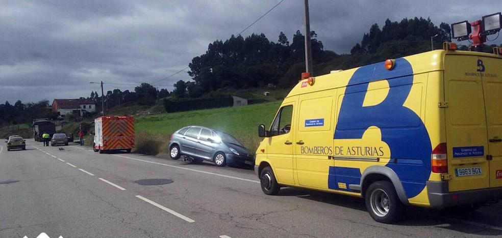 Un conductor, herido en Carreño tras colisionar un camión y un turismo
