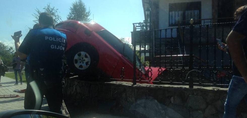 Espectacular accidente en la glorieta de La Guía, en Gijón