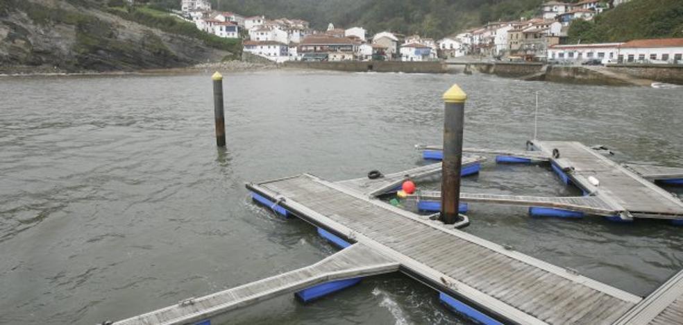 El fuerte oleaje destroza el pantalán móvil del puerto de Tazones