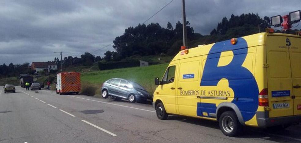 Un conductor herido al chocar contra un camión en la carretera de Tabaza