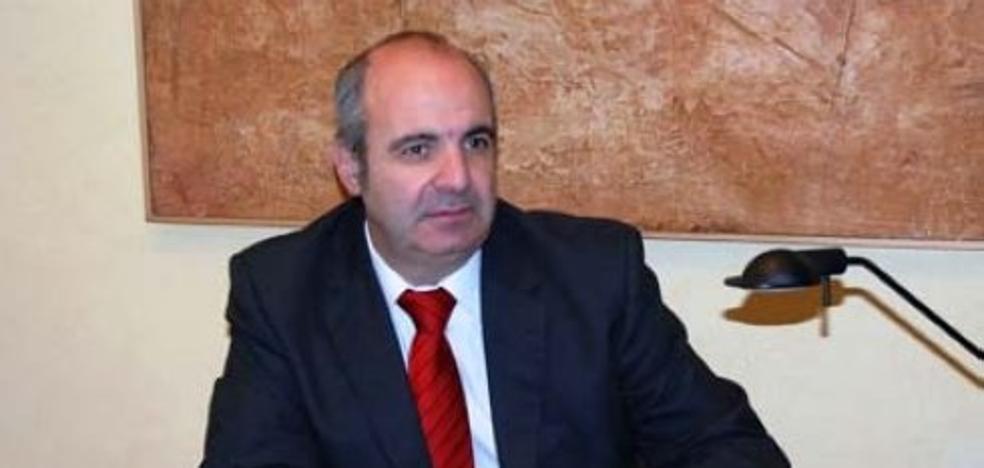 El Grupo Filatélico Avilesino concede su insignia de oro al director de Filatelia de Correos