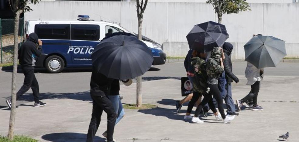 La jueza prohíbe a los diez ultras detenidos acercarse a El Molinón los días de partido